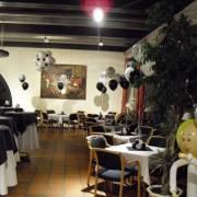 Ballondekoration für die Burg Wassenberg im schwarz/weiß Stil – 50er Jahre – für das Sommerfest der Volksbank Wegberg